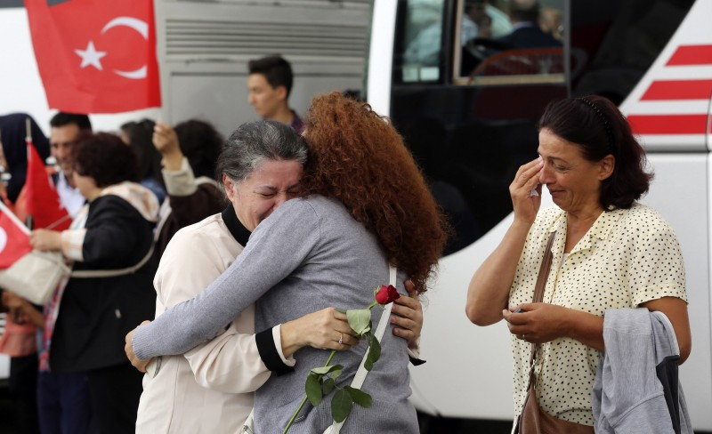 An employee (C) at Turkey's consulate in Mosul is welcomed by her relatives at Esenboga airport in Ankara September 20, 2014. © Stringer/Reuters